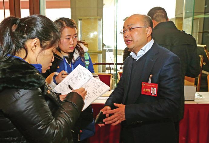 出席省政协十一届四次会议的政协委员向大会报到