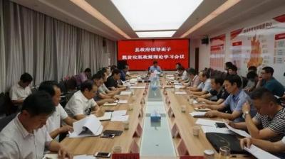 县政府组织领导班子专题学习脱贫攻坚政策理论
