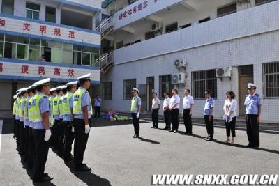 西乡县县长李耕看望慰问交警、环卫、住建等一线作业人员